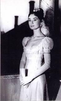 """Audrey Hepburn indossa Gattinoni in """"Guerra e pace"""". Foto dell'archivio Gattinoni."""