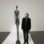 Carlo Massarini ed una scultura di Alberto Giacometti