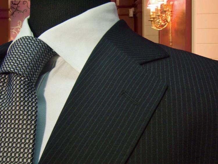 Che cravatta su abito nero