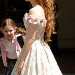Giselle con uno degli abiti realizzati dalle tende