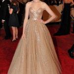 La Hathaway in Valentino al Met Gala 2010