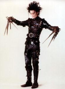 Edward nella sua tuta di pelle nera
