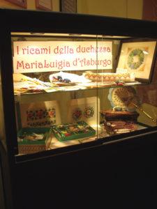 Vetrina con i ricami di M. Luisa d'Austria