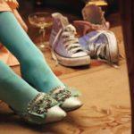 La famosa scena con le Converse azzurre