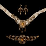 C'ETAIT MARIE ANTOINETTE-Chocker and earrings with diamonds and topaz