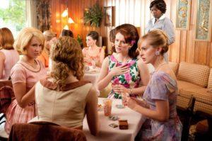 Skeeter (Emma Stone), Elizabeth (Ahna O'Reilly), Hilly (Bryce Dallas Howard), Jolene (Anna Camp), Aibileen (Viola Davis)