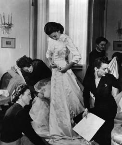 Linda Christian prova l'abito da sposa Courtesy Fondazione Micol Fontana Roma
