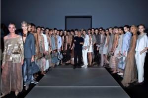 Giorgio Armani con le modelle