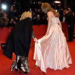 Cate Blanchett aiuta Lily James a posare per i fotografi