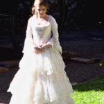 Anna Kendrick fotografata sul set del film con indosso l'abito da sposa di Cenerentola