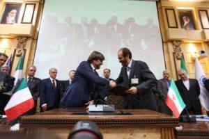 La stretta di mano tra C. Marenzi e Valiollah Afkhami-Rad