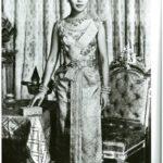 Sirikit di Thailandia giovane in abito tradizionale fotografata da re Bhumibol intorno al 1950