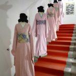 """Scalinata di Kimono rosa """"Giapponizzati. Racconti di un viaggio di moda"""""""