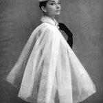 Audrey Hepburn, mantello a collo avvolgente - @ Cosmopolitan, 1957