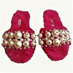 Miu Miu-Slipper in ecopelliccia e perle per un informale davvero grintoso © by MiuMiu