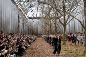La sfilata di Chanel a Parigi, 6 marzo 2018 (PATRICK KOVARIK/AFP/Getty Images)
