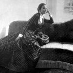Modella Joe Patterson- abito da sera a pois pendant col sofà-1953 courtesy Archivio Ferdinandi